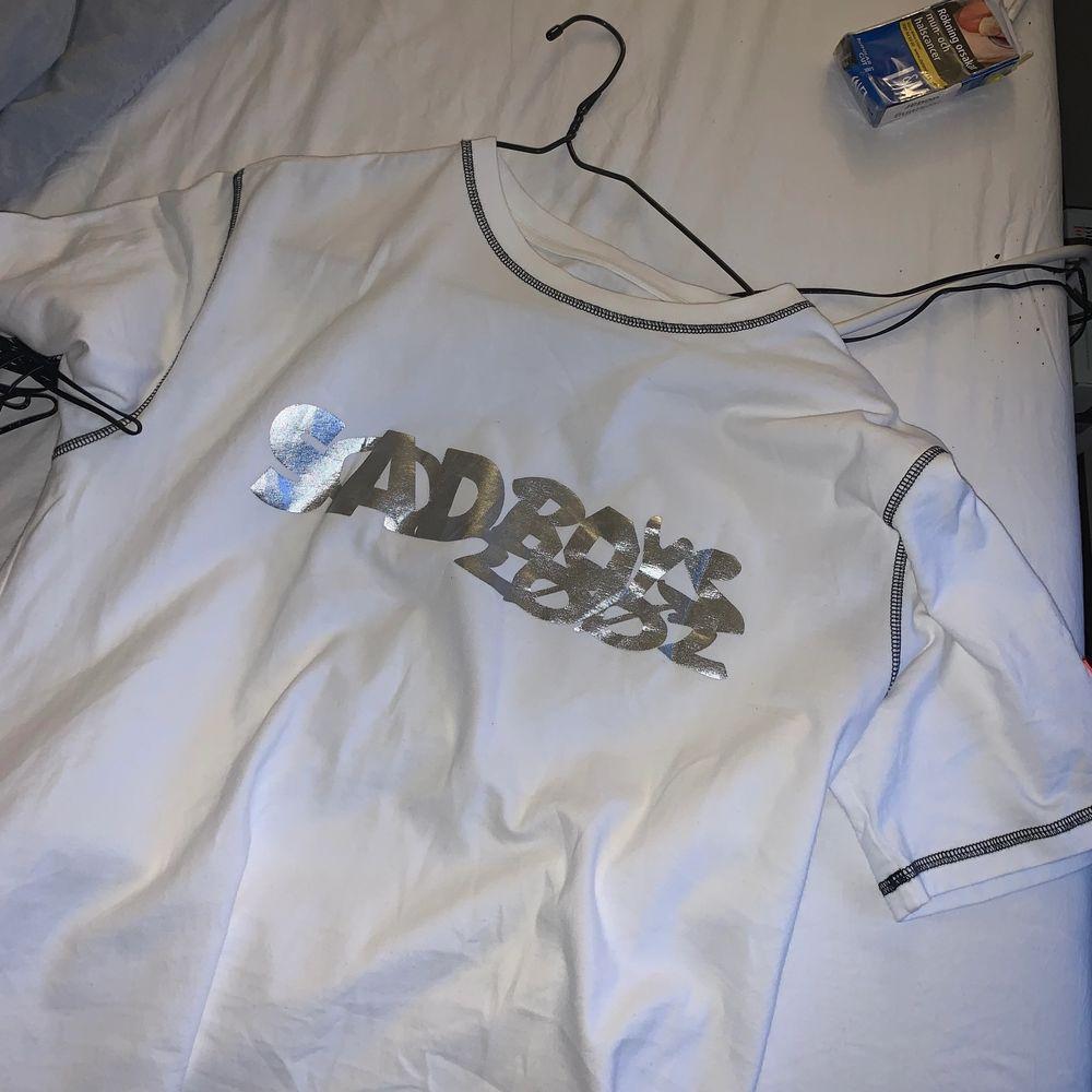 LÄGGER UT PÅ NYTT🪐🪐🪐 SBG x converse tröja jag köpte ny och knappt använt pga jag hade föredragit en större storlek. Det är storlek M och PRIMA SKICK⛈⛈⛈⛈ säljer för 600kr + frakt om fler intresserade BUDA. T-shirts.