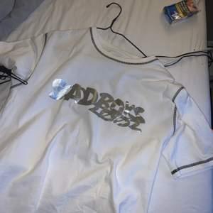 LÄGGER UT PÅ NYTT🪐🪐🪐 SBG x converse tröja jag köpte ny och knappt använt pga jag hade föredragit en större storlek. Det är storlek M och PRIMA SKICK⛈⛈⛈⛈ säljer för 600kr + frakt om fler intresserade BUDA