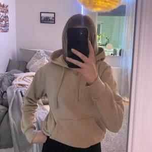 En beige jätteoskön hoodie som inte används då jag har två, jättemjukt material, frakt står köparen för!
