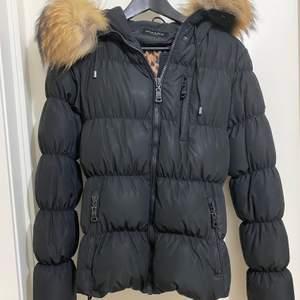 Säljer min fina hollies jacka som jag använde endast en vinter. Den är i jättebra skick och kan skicka fler bilder om så önskas. Den är jättevarm och mysig. Den är i storlekt S och säljs för 2500kr.