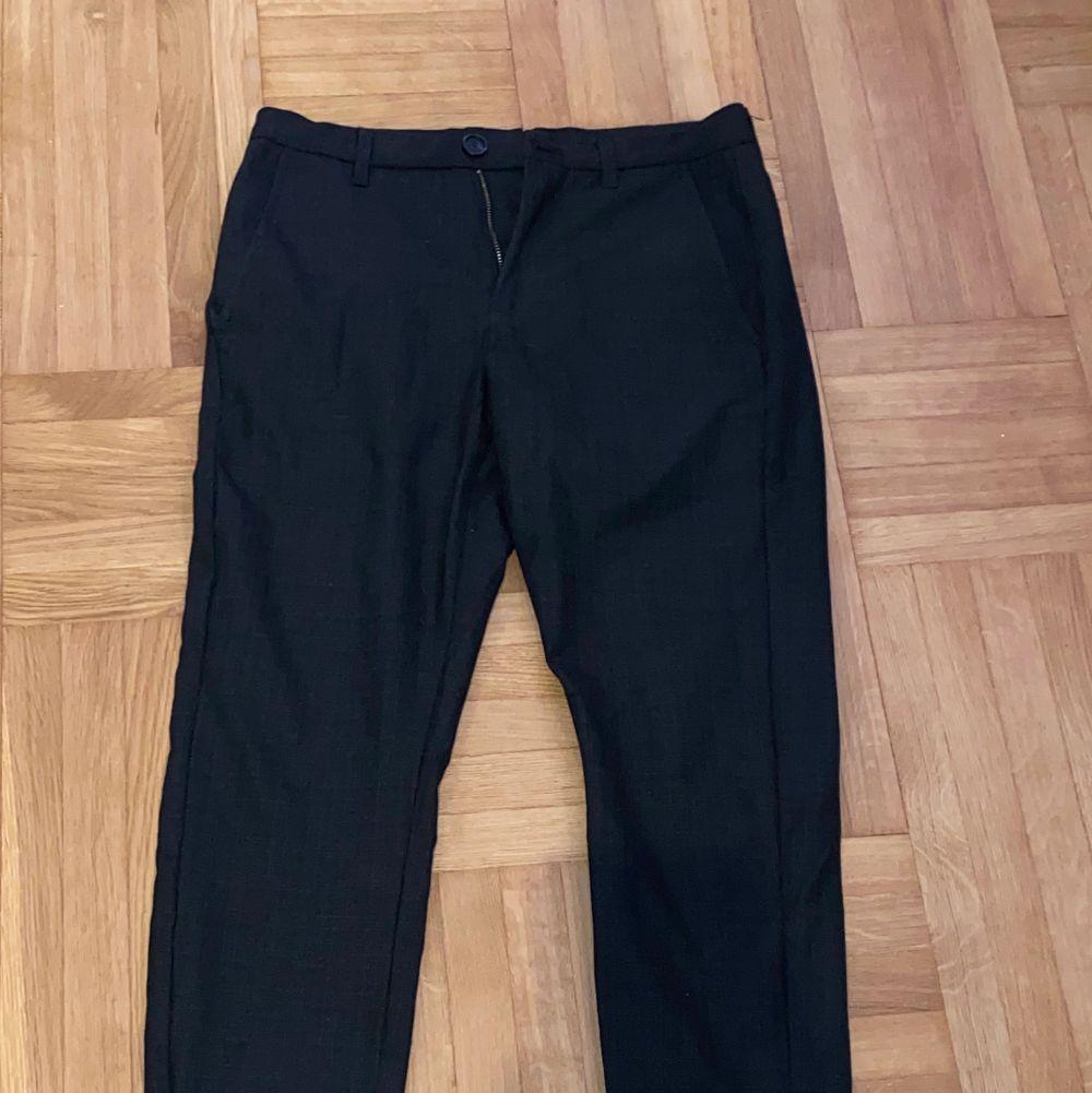 Säljer ett par lite kostymbyxor liknande byxor från gabba i fint skick i storlek xs. Lite mönstrade. Frakten ingår inte i priset. De har en liten dragkedja vid foten och fejk bakfickor. Köpta för 1000kr. Jeans & Byxor.