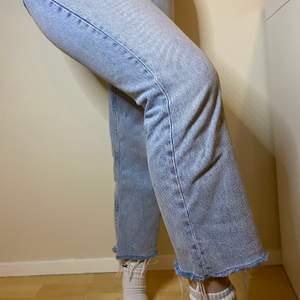 """80kr inklusive FRAKT!!!💙                       Extremt snygga jeans med en otroligt charmig passform. Superfint skick. Slitningar längst ner och en lite kortare modell i benen vilket skulle passa en kortare person som söker jeans i """"rätt"""" längd. Säljer pga fel storlek"""