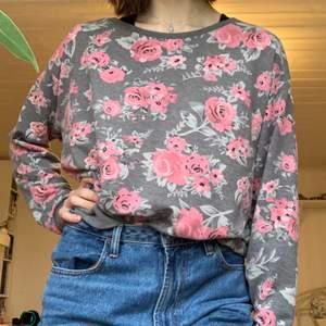 En gullig tröja med blommor i storlek M från H&M (divided). Väldigt mysig och i bra skick!🌸