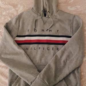 Snygg hoodie från Tommy Hilfiger i storlek S. Den är använd, och har lite bristningar vid färgerna vid bröstet, men är fortfarande i godtagbart skick. Nypris är cirka 749kr. Hör gärna av er om fler bilder önskas eller vid eventuella frågor! ⭐️🤎