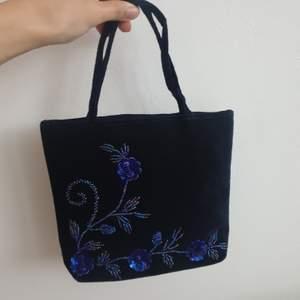 Handväska i blå sammets material med pärlor och paljetter. Köpte tidigt 2000talet. Bra skick. Kan skickas annars finns i Malmö 💌
