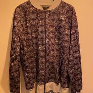 Fin lila Needles tröja i storlek L. Köpt på Caliroots. Använd endast 2-3 gånger.  Finns att hämta i Spånga alternativt mötas upp i centrala Stockholm