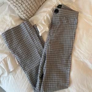 Ett par rutiga bootcut byxor/tights från zara. Suuuupersköna! Mönstret och färgen syns bäst på bild 2🥰