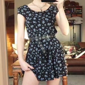 Jättefin blommig t-shirt klänning från Gina i strl S. Har använts men är fortfarande i bra skick. Säljer då den inte längre används. Köp för 90 kr, köpare står för frakt. ❤️