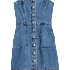 Jag säljer denna fina jeansklänning. Den är från H&M divided. Ny pris är 299 men jag säljer den för 120. Säljs pga inte kommer till andvändning. Frakten är inräknad i priset.