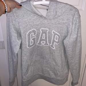 så bekvämt material, skitfin gap hoodie som är köpt i USA i originella GAP butiken! Tagen är tyvärr bortklippt men storleken är XS och den är i nyskick! Inga fläckar eller hål.