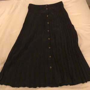 Säljer min fina plisserade kjol från new yorker med knappar i mitten hela vägen ner. Aldrig använd så den är i superskick.