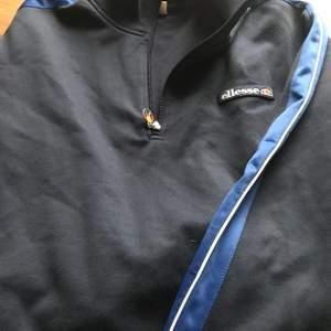 Ellesse tröja strl S mörkblå, bra skick. Köparen står för frakten.