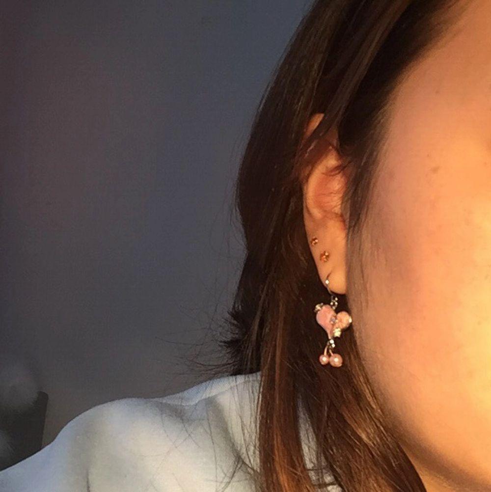 Tre helt nya hjärt örhängen i färg rosa, dem har jätte fina detaljer och super gulliga!🌸 90kr styck! . Accessoarer.