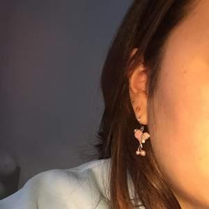 Tre helt nya hjärt örhängen i färg rosa, dem har jätte fina detaljer och super gulliga!🌸 90kr styck!