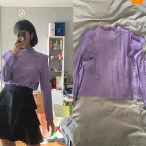 Säljer även min volangtopp som är använd ca 1-2 gånger! Köpt från H&M. Passar perfekt med kjolen jag säljer med!