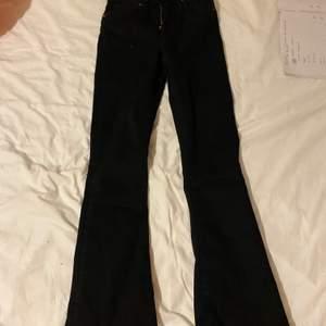 Köpte 2 exakt likadana byxor i olika storlekar, dessa byxor kostade 300kr har kvitto och allt på de, det är i storlek xs och de är ganska långa, men det går att klippa de gjorde det med mina andra, blev super fint