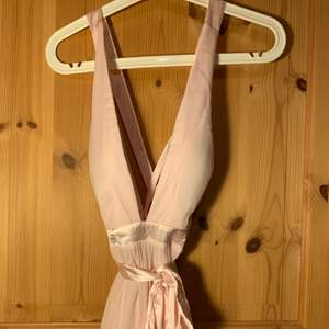 helt ny balklänning från nelly.com, namn:flowy tie back gown. rosa maxiklänning med nypris på 599kr. säljer för 349 ink. frakt.