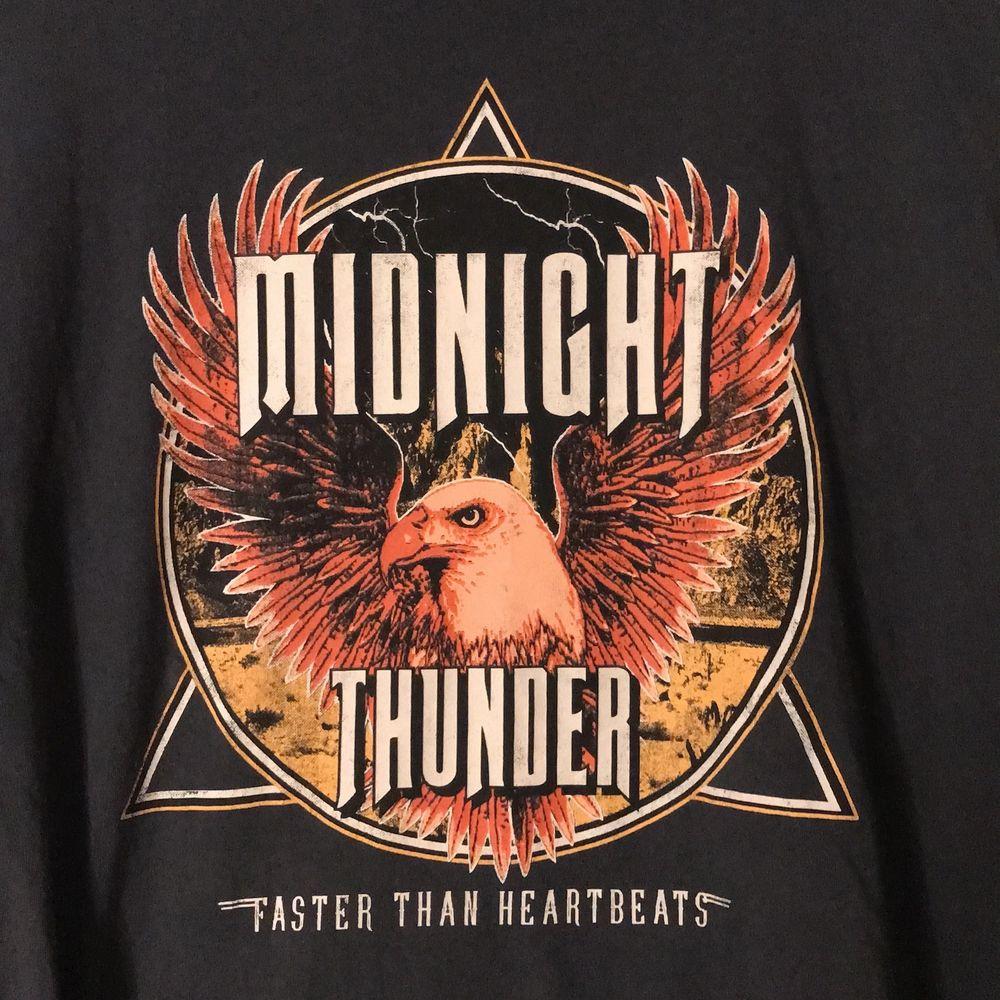 Jättesnygg T-shirt men har tyvärr inte kommit särskilt mycket till användning! Passar bra på en S också! BUDA GÄRNA 🥰. T-shirts.