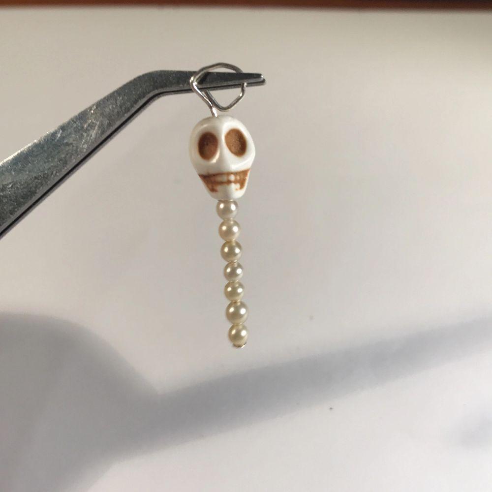 Dessa berlocker kan jag göra halsband eller örhängen till eller kanske vill du ha båda:) jag har flera färger i döskallar och jättemycket pärlor i massor färger, du får välja själv! Örhängen silver, svart och guld 35kr.  Halsband kedja 40kr svart, silver guld.  Halsband tråd svart, glansig svart och brun 35kr. Bara att säga till om ni vill ha bild på halsband pärlor kedja örhängen jag kommer använda.. Accessoarer.
