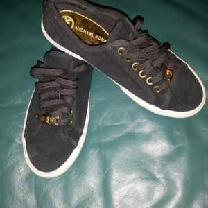 Ett par MK sneakers i svart mocka, lite för små för mig så knappt använda, strl 36, säljer för 200kr, kan skickas mot fraktkostnad 😊