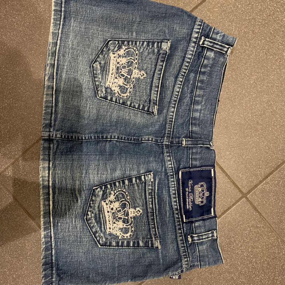 Blå jeanskjol från Victoria Beckhams kollektion med Rock&Republic. Det står att storleken är L men passar nog mer M möjligtvis en lite större S.. Kjolar.
