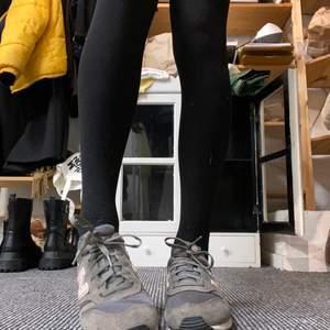 Superfina new balance skor, grå med ljusrosa detaljer! Lite slitna och använda men inte trasiga någonstans ❤️