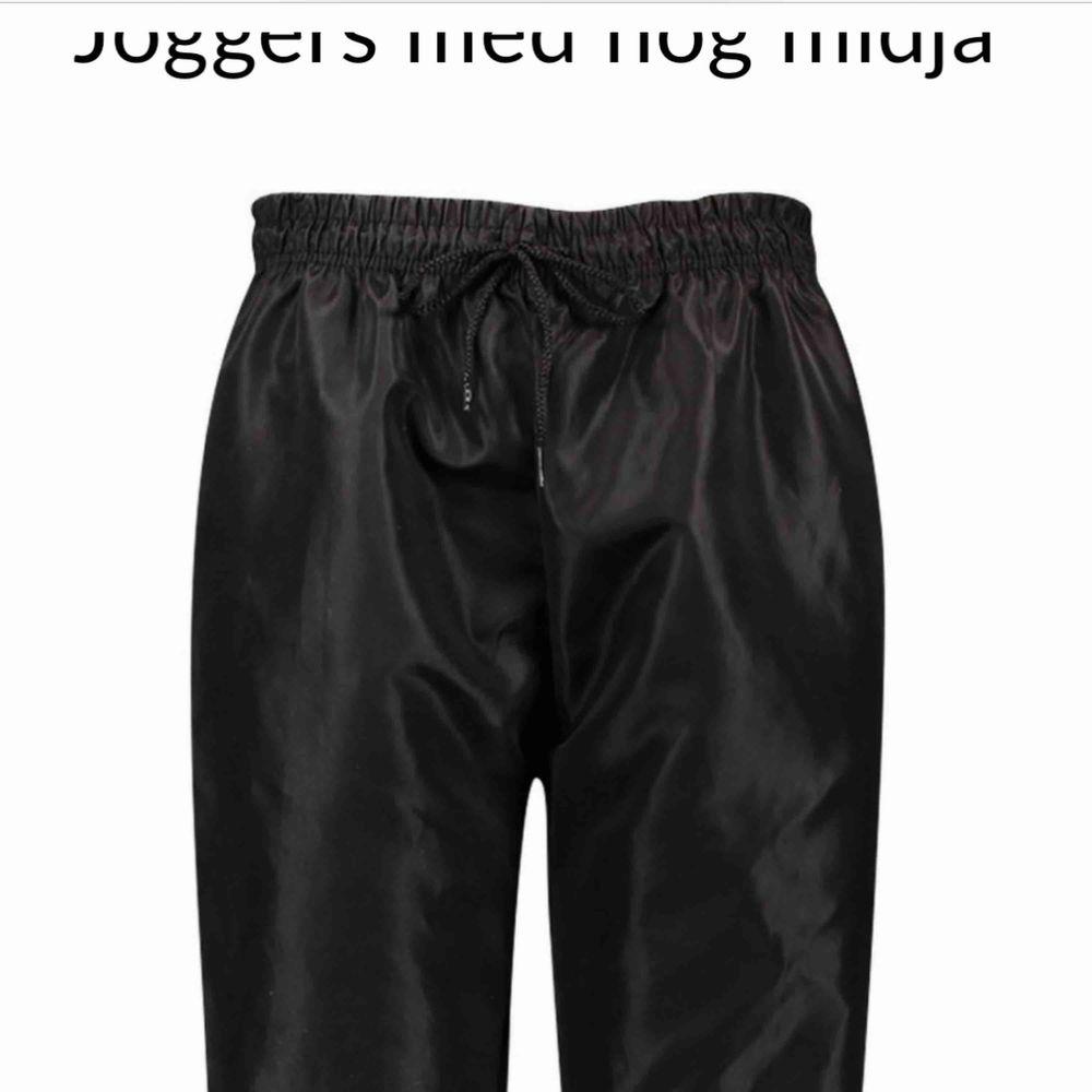 Oanvända prasselbyxor från boohoo . Jeans & Byxor.