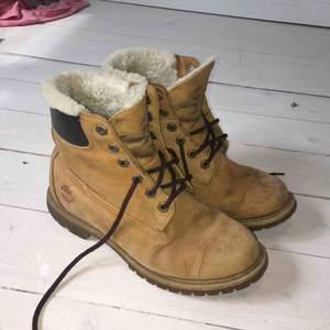 Tjocka Timberland-skor med fluffigt innefoder. Skosnörerna är utbytta men skorna är äkta. Ganska slitna, därav priset, men fungerar helt som de ska. Storlek 39, nypris närmare 1500 kr.