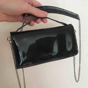 Axelbandsväska men som är rätt liten, typ en stor plånbok. Smidig om man vara vill ha med ex mobil, kort och hörlurar! Från Carin Wester. 100kr plus frakt 🌸