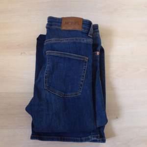 Bootcut jeans från Monki i mörkblå färg med medelhög midja. De är i riktigt jeansmaterial, men fortfarande stretchiga och sitter bra. Använda, men i fint skick. Frakt: 40 kr 🌷