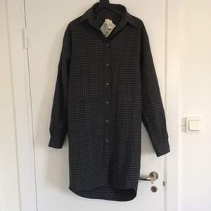 Superfin, varm skjortklänning från BACK by Ann-Sofie Back - perfekt under höstvintern! 100% ull. Säljer den eftersom den tyvärr är för liten för mig 🥀   Klänningen kan