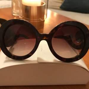 Äkta solglasögon från Prada nypris 2345:-