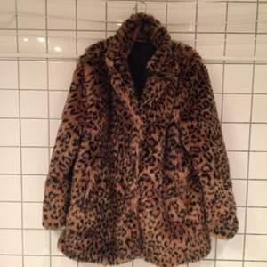 Leopardfuskpäls. Aldrig använd.  Tryckknappar. Vid frakt tillkommer porto. Om köp i Sthlm är den bara att komma och hämta el om vi möts upp. Swish!
