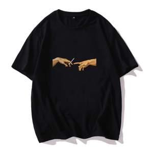 Skitsnygg t-shirt med coolt tryck. Är i strl M så den sitter lite overzized