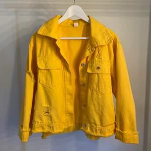Cool gul jeansjacka. Knappt använd!