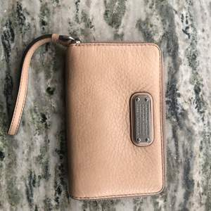 Jag säljer en jättefin Marc Jacobs plånbok. Jag fick den i julklapp av min mamma som hade köpt den på Shpock men jag har en liknande redan. Den är i fint skick men den har blivit använd. Priser kan diskuteras vid snabb och smidig affär. Kan även skickas om det köparen står för frakten