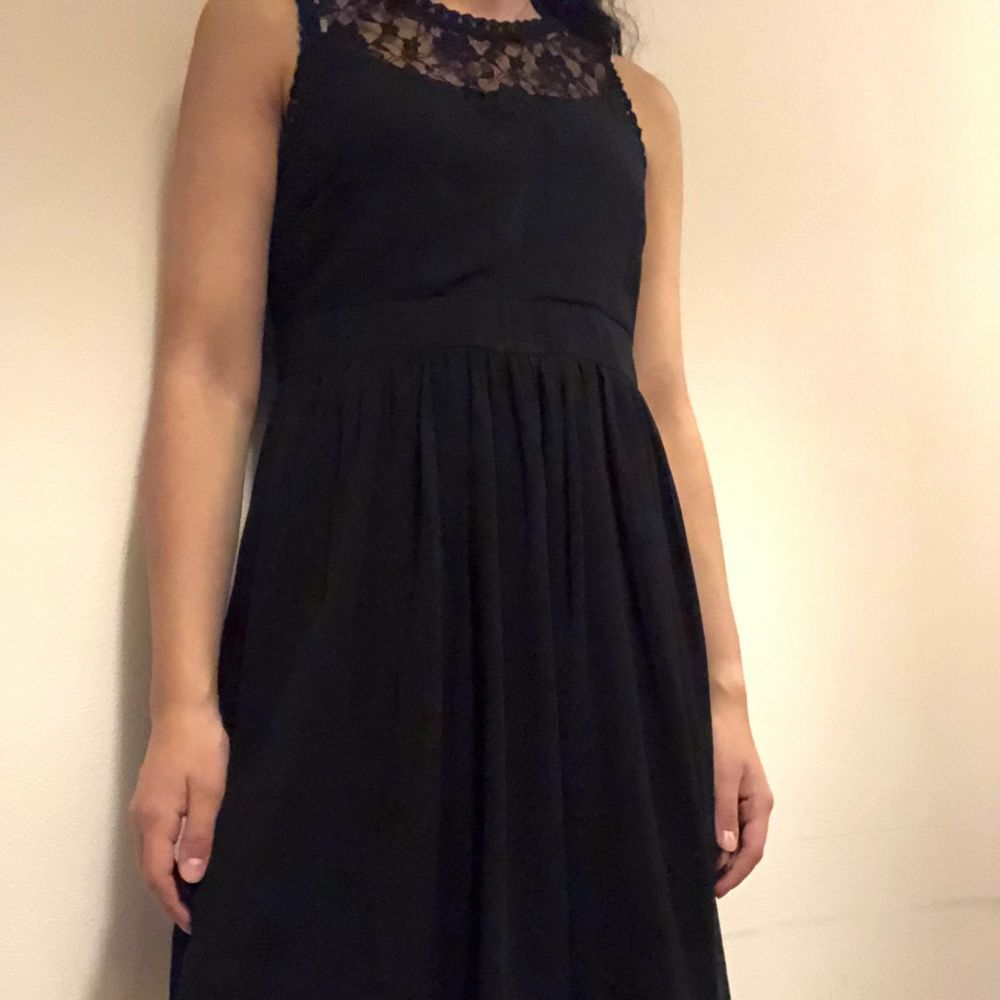 Fin klänning från Nelly. Har bara använt en gång. Om du beställer fler kläder från mig behöver du inte betala frakt separat för alla produkter❗️❗️. Klänningar.