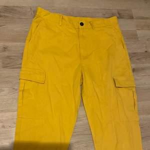 Ett par gula byxor i bra kvalitet, knappt andvända. I storlek L
