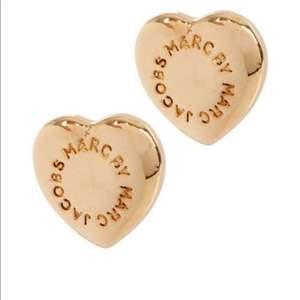 """Hjärtformade örhängen från MBMJ (äkta), köpta i Paris. I använt men fin skick. Tyvärr saknas original""""pluppen"""" på baksidan av ena örhänget, skickar givetvis med en annan! Pris inkl. frakt."""