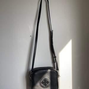 Tänkte göra en intressekoll på min by Marlene Birger väska! Superfin och perfekt storlek.             Hör av er om ni skulle vara intresserade!                       Mått: 18x15x7 cm.                                                            Nypris: 2599 kr