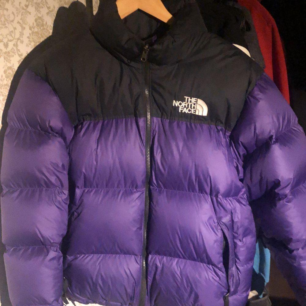 Intressekoll på min North Face Jacka. Köpt förra vintern så enbart använd i 1 säsong. Köpt för 2.3. Slutsåld på de flesta håll! Kommentera/pma ett bud. Jackor.