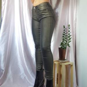 ~20% TIDIGARE 270KR/NU 216KR~ 🦋SUPER COOL SLIM BLACK JEANS WITH METALLIC GREEN EFFECT AND SILVER ZIPPERS AT LEG ENDS, FROM SWEDISH BLK DNM  ▪Size 25 / EU 32-34 ▪Condition 9/10   🙋🏽‍♀️My measurements ▪Height 161cm / 5'3
