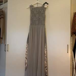 Säljer en balklänning från nelly. Den är inköpt för 2 år sen men helt oanvänd, lapparna sitter kvar. I strl S. Kan inte hitta den på hemsidan men nypriset va ca 1000kr. Säljes pga felköp som inte gick att lämna tillbaka.
