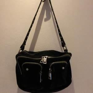 Säljer min jätte fina nunoo väska med silvriga detaljer, som är i ett väldigt bra skick. Köpt för ungefär ett år sedan men inte alls använda mycket. Säljes för att den inte kommer till användning.  Nypris 1399kr säljes för 700 kr.