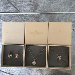 Matchande Lily and Rose smycken, armband, halsband och örhängen. I mycket gott skick, använda vid enbart 5 tillfällen. Säljes för 200kr/styck.OBS: Halsband sålt!