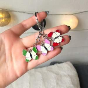 Supersöt nyckelring med fjärilar på. Tyvärr har stenen lossnat från den rosa och gröna, men annars är de i toppskick!