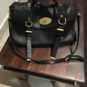 En väska från Mulberry i toppskick men kommer dessvärre ej till användning. Väskan är köpt i Italien och måtten är Ca 36 x 24 x 14 cm.