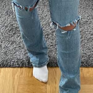 Blåa jeans från bikbok! Hålen har jag gjort själv💙 Använda, men i super bra skick!