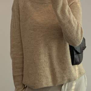Säljer en jättefin stickad beige stickad tröja! Perfekt för hösten❣️ i fint skick och frakten kostar 66kr