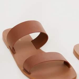 Ett par bruna nya & oanvända sandaler ifrån Prettylittlething, storlek 38.                                           Ordinarie pris 200kr